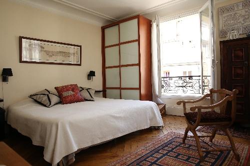 PARIS,    735000 €